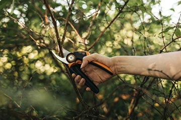 fiskars-bypass-gartenschere-m-x-series-powergear-p921-mit-rollgriff-fuer-frische-aeste-und-zweige-antihaftbeschichtet-edelstahl-klingen-laenge-201-cm-schwarz-orange-1057173-2